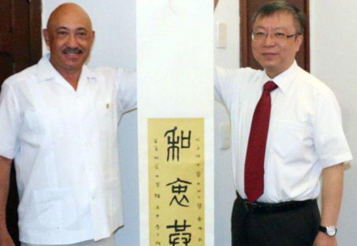 José de Jesús Williams, rector de la Uady, y Yougun Ren, vicepresidente de la Universidad Nacional del Este de China (ECNU), con sede en Shanghái, durante su encuentro en Mérida. (Milenio Novedades)