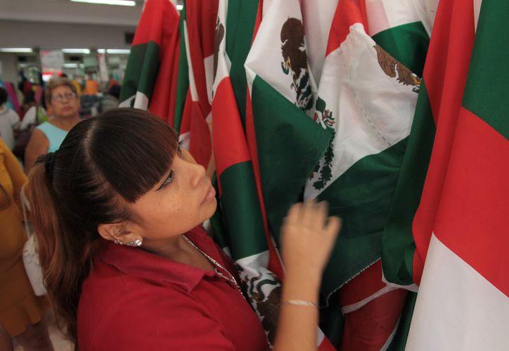 Diversos negocios del centro de Mérida ya ofrecen mercancía alusiva a las fiestas patrias. (Foto: Milenio Novedades)