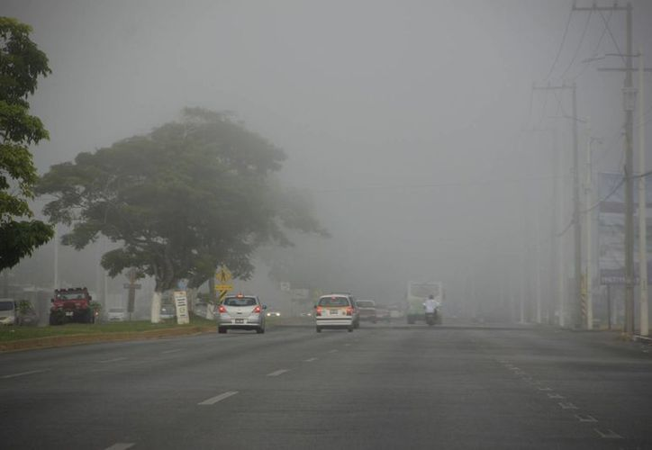 Aseguran que la niebla fue ocasionada por la diferencia de temperaturas y humedad de la madrugada. (Harold Alcocer/SIPSE)
