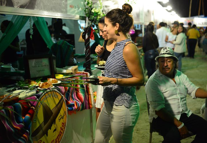 Las personas disfrutaron de deliciosos platillos que ofrecieron los restaurantes. (Karim Moisés/SIPSE)
