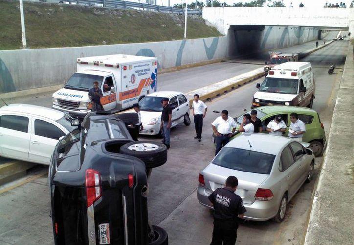 Los automóviles quedaron dispersos sobre el bulevar Colosio. (Eric Galindo/SIPSE)