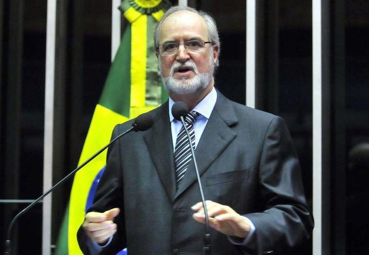 Medios de prensa han señalado que Azeredo pudo sentirse presionado a dejar su cargo para no perjudicar la campaña presidencial de Neves. (wordpress.com)