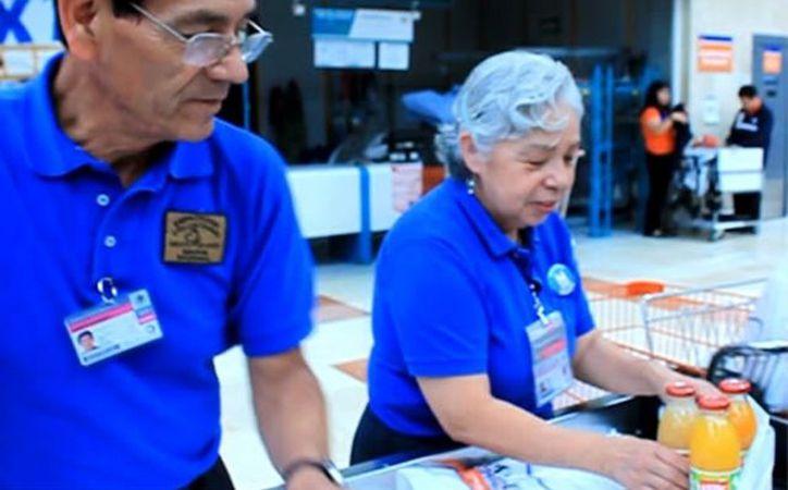 Adultos mayores trabajan como empacadores en supermercados. (Milenio Novedades)