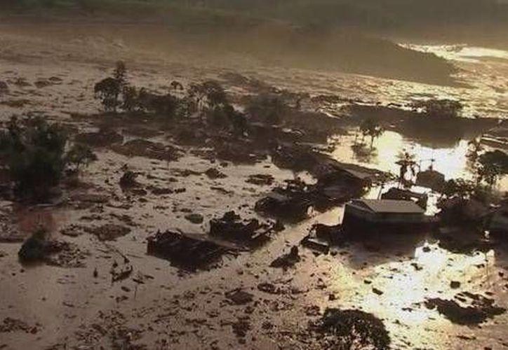 Comenzaron a circular imágenes catastróficas de un manto de barro que podría ser tóxico y que sepultó decenas de casas. (SkyAlert)