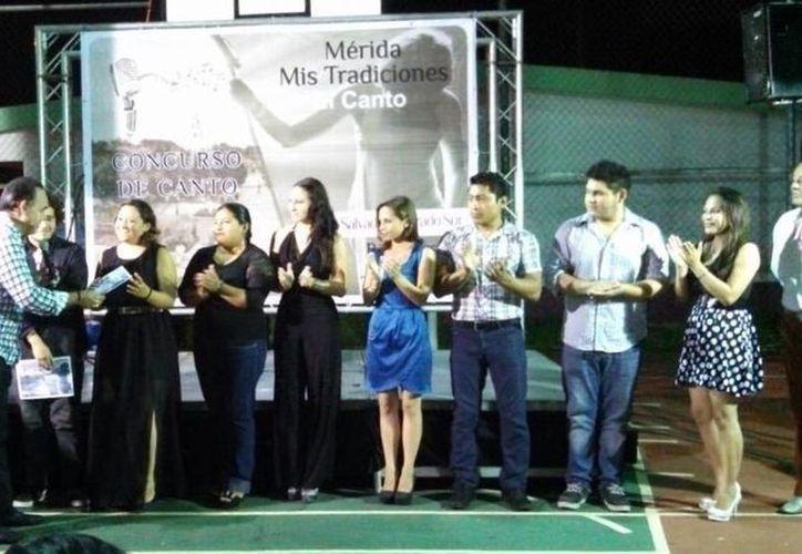 El regidor priista Jorge Dogre Oramas premia a ganadores en una eliminatoria del concurso 'Mérida Mis Tradiciones El Canto', que se realizó entre agosto y septiembre de este año. (SIPSE)