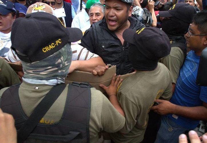 Autoridades ofrecen diversas cifras sobre detenidos en el marco de las elecciones. En la foto, enfrentamiento entre civiles en Guerrero. (Notimex)