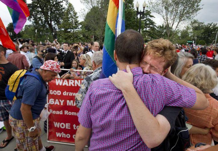 John Becker (d) abraza emocionado a su amigo Paul Guequierre afuera de la sede de la Suprema Corte de Justicia, en Washington, instancia que determinó hoy la legalidad de las uniones entre homosexuales en todo Estados Unidos.(AP/Jacquelyn Martin)