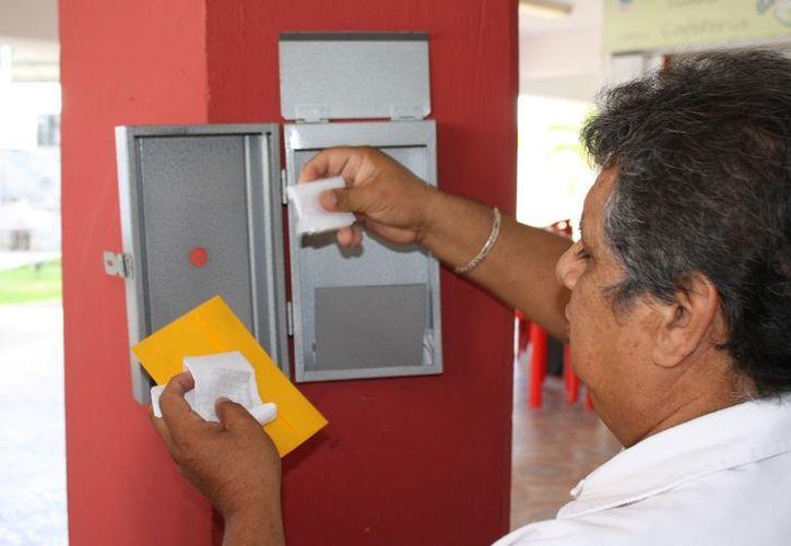 Evidencia buzón a primer aviador: Aldo Espadas García de la unidad de comunicación social del ayuntamiento Othón P. Blanco. (Enrique Mena/SIPSE)