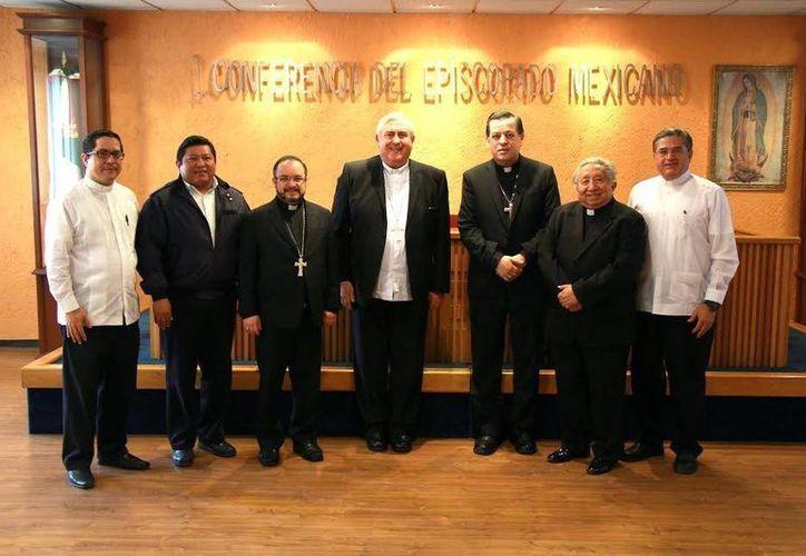 Imagen de la reunión que mantuvo el nuevo Arzobispo de Yucatán Mons. Gustavo Gutiérrez Vega con su antecesor Mons. Emilio Carlos Berlie Belaunzarán. (Milenio Novedades)
