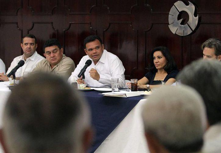 El gobernador durante la reunión con representantes de la iniciativa privada. (SIPSE)