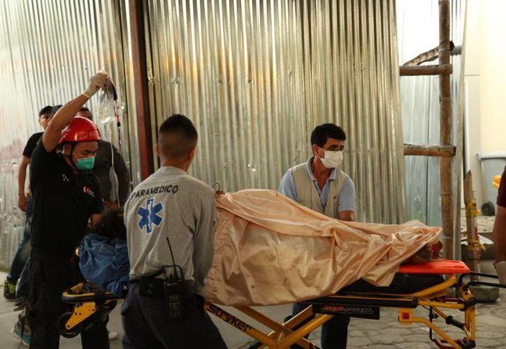 Los paramédicos transfieren a una persona lesionada después del terremoto que se registró en Ecuador. (Agencias)