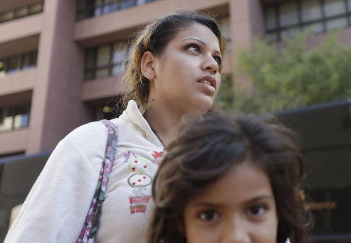 Inés Valencia busca junto con su hija asilo en la frontera con Estados Unidos. (Agencias)