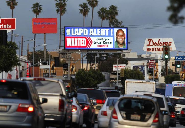 Pantallas publicitarias de Los Angeles muestran la ficha del prófugo. (Agencias)