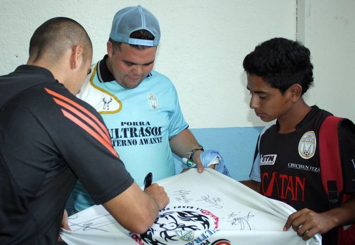 Los jugadores se despidieron de la afición y les regalaron autógrafos. (Milenio Novedades)