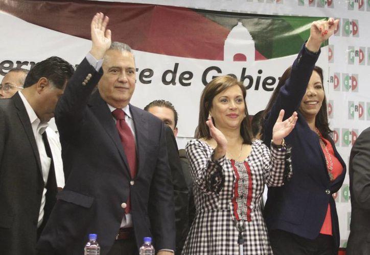 El precandidato a la dirigencia nacional del PRI, Manlio Fabio Beltrones y la dirigente de la CNOP, Cristina Díaz Salazar participaron en la instalación de la Comisión Permanente de Gobierno de la CNOP. El líder de PRI de la Cámara de Diputados pedirá est viernes licencia al Congreso de la Unión. (Notimex)