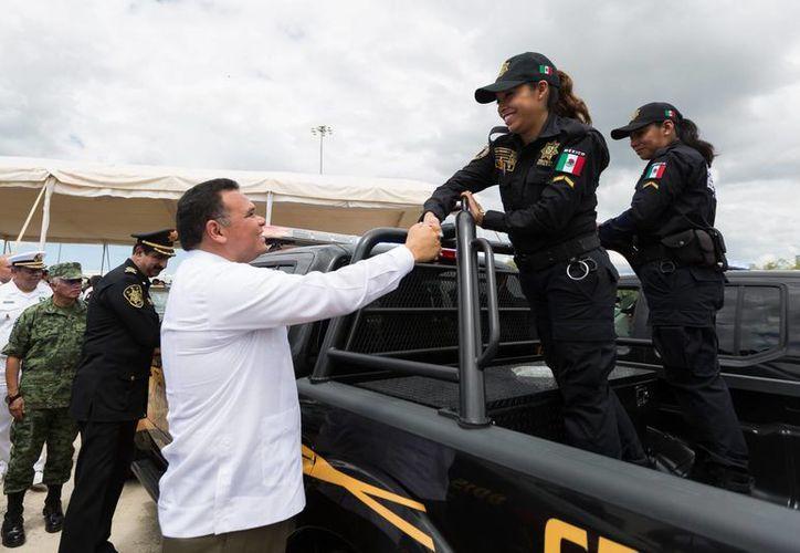 El gobernador Rolando Zapata presidió la entrega de vehículos nuevos para la SSP. (SIPSE)