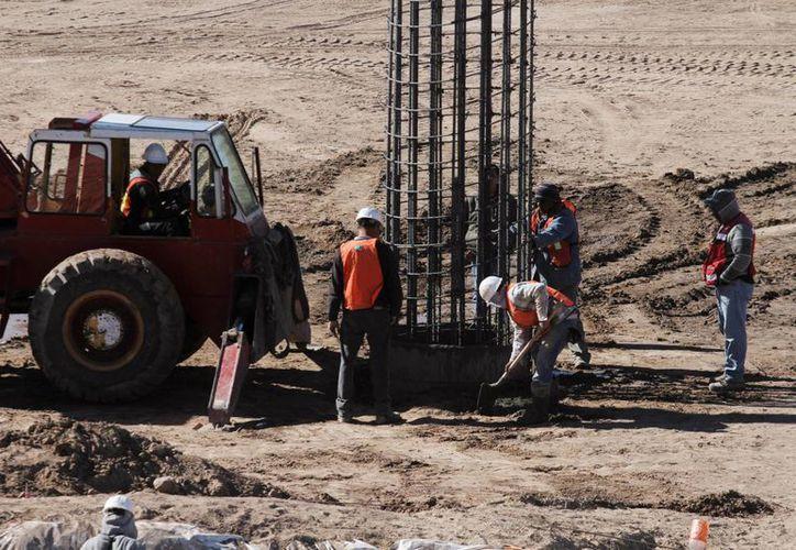 La semana pasada comenzaron a instalarse, en la parte mexicana, lo que serán los cimientos del puente que comunicará Texas con Chihuahua. (Agencias)