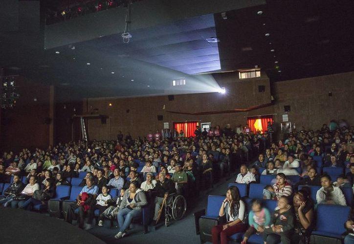 En imagen, una de las actividades de la Semana de Cine Mexicano en tu Ciudad, en el Distrito Federal. El programa tiene como objetivos tiene como objetivos crear nuevos públicos para las películas nacionales e incidir en el desarrollo cultural del ciudadano. (imcine.gob.mx)
