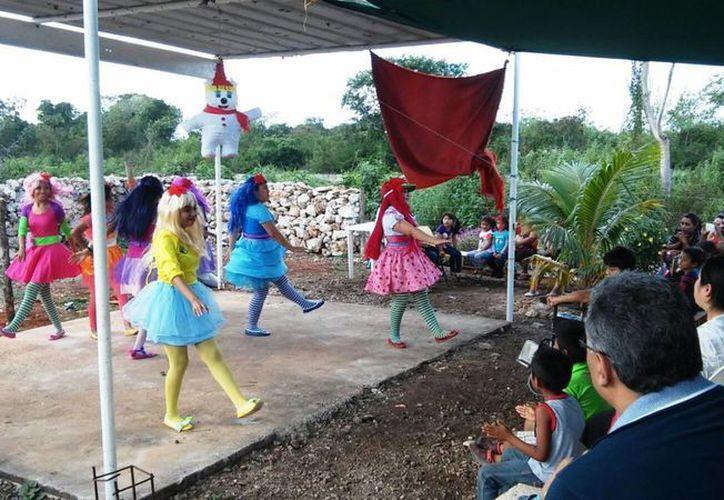 Con un espectáculo alumnos de la carrera de Asistente Educativo Infantil del Isstey hicieron felices a niños del sur de Mérida. (Fotos cortesía del Gobierno de Yucatán)