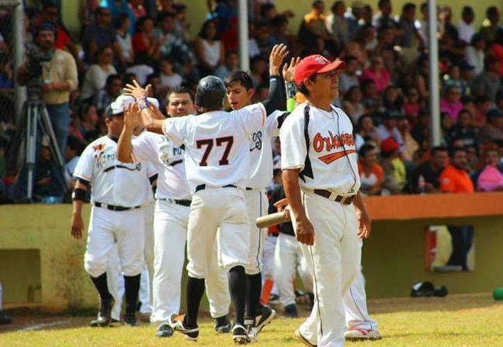 Después de que este domingo los Naranjeros consiguieran una victoria, la final de la Liga Estatal de Beisbol Naxón Zapata se definirá la próxima semana en el puerto de Progeso, en casa de los Tiburones. (Marco Moreno/ SIPSE)