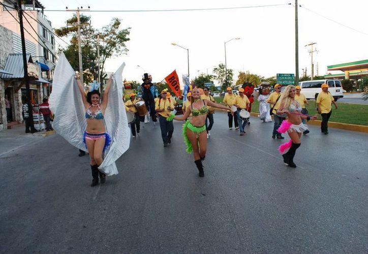 El 85 por ciento de los asistentes al Carnaval de Cancún han sido residentes y el resto turistas extranjeros y nacionales. (Tomás Álvarez/SIPSE)
