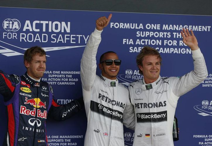 Hamilton (c) aparece flanqueado por los alemanes Vettel (i) y Rosberg. (Agencias)