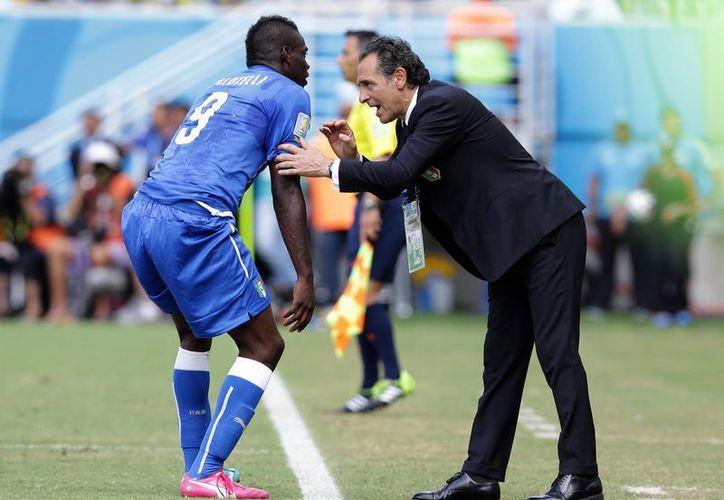 Prandelli instruye a Mario Balotelli durante el partido contra Uruguay, que Italia perdió 1-0 para sellar su eliminación del Mundial. (Foto: AP)