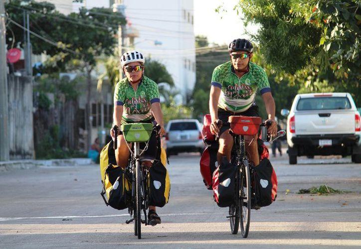 Clara Guerra y Javier Reséndiz concluyeron la travesía en Playa del Carmen. (Octavio Martínez/SIPSE)