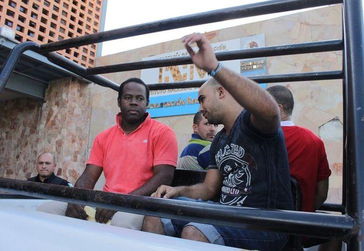 Los extranjeros indocumentados fueron transportados desde el INM en patrullas pick-up de la Policía Municipal Preventiva (PMP) en medio de un importante dispositivo de seguridad. (Francisco Sansores/SIPSE)