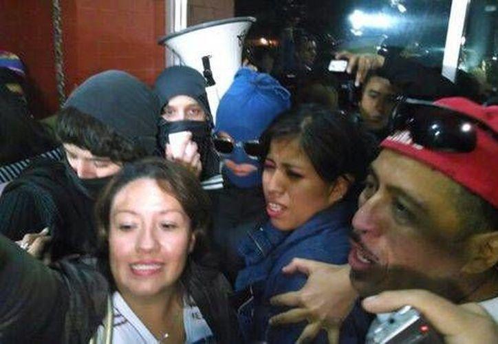 Yakiri Rubio (al centro) al momento de abandonar el penal de Tepepan en compañía de su padre (d). (Milenio)
