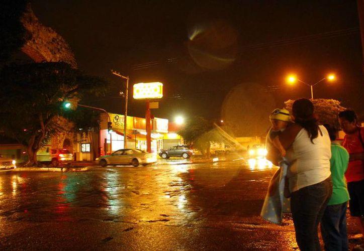 Ayer por la noche se empezaron a sentir los efectos del frente frío número 14, que obligó a los yucatecos a sacar impermeables y chamarras. (Wilbert Argüelles/SIPSE)