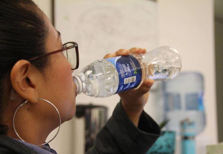 La cantidad de agua total que debes de consumir al día, está relacionada con la complexión e índice de masa corporal. (Uziel Góngora/SIPSE.com)