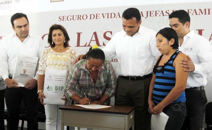 En presencia del Gobernador, ayer firmaron las primeras beneficiarias del programa. (Cortesía)