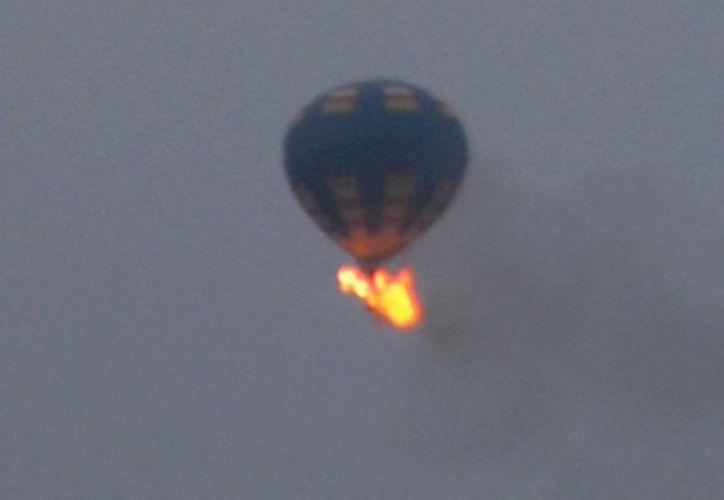 Autoridades creen que el globo que se aprecia en esta foto es el que se accidentó en Virginia. (Foto: AP)