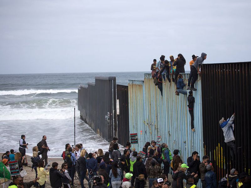 A family traveling with a caravan of migrants prepare to cross the border. (Notimex)