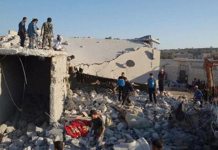 Ciudadanos sirios observanlos escombros que dejaron los primeros bombardeos del gobierno sirio. (Foto de contexto de Agencias)