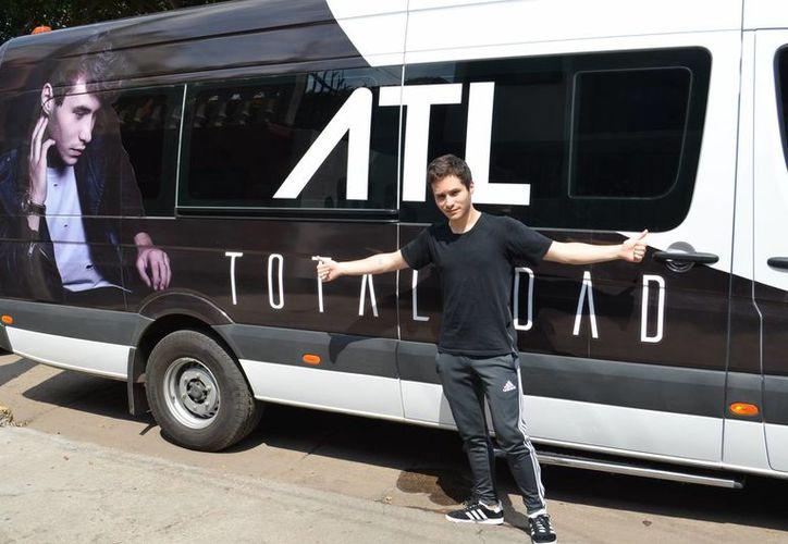 El cantante ATL firmará autógrafos en el Teatro 8 de Octubre de Cancún. (Cortesía)