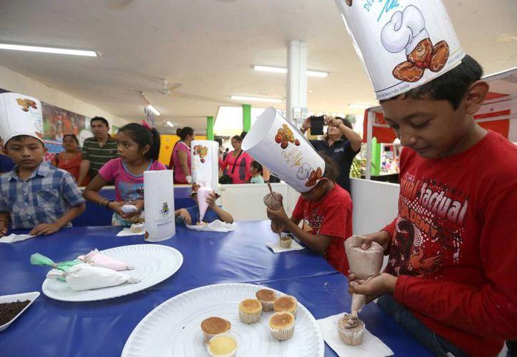 Los niños se pueden divertir en la Feria de Xmatkuil haciendo sus propios cupcakes. (SIPSE)