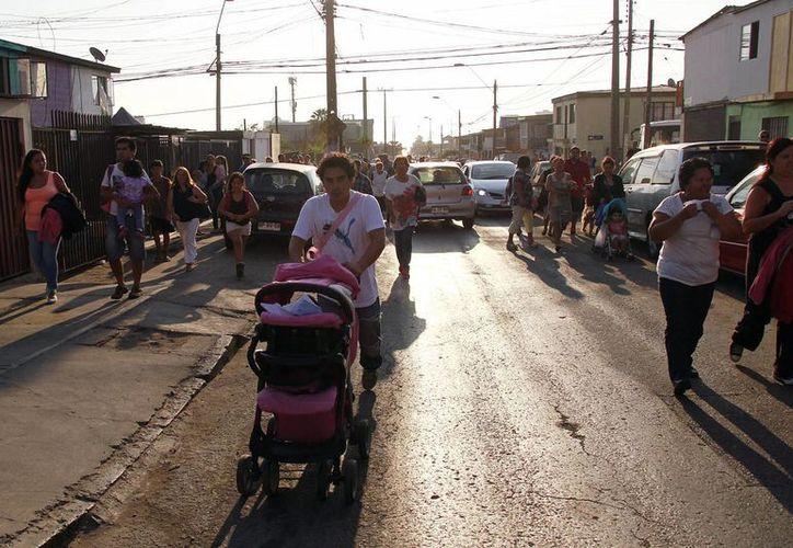 Los habitantes de Iquique y Arica corrieron a lugares abiertos para ponerse a salvo. (EFE)
