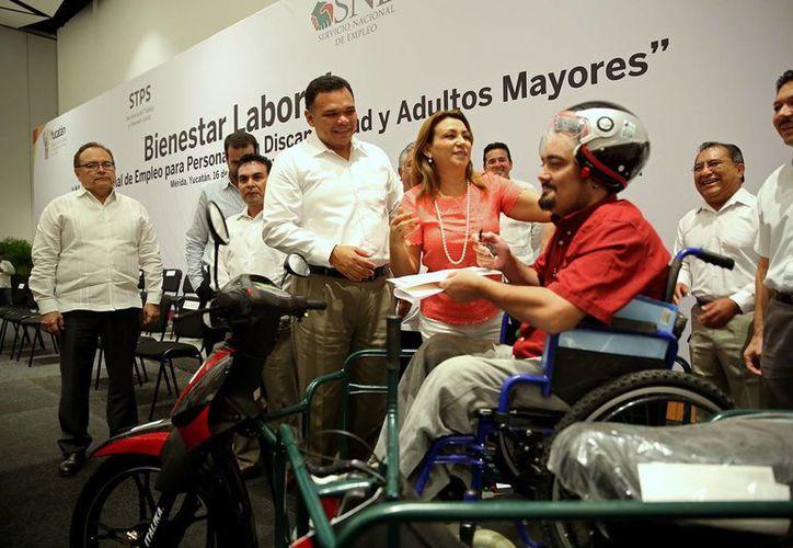 En la inuaguración de la Feria Nacional de Empleo para discapacitados, el gobierno estatal entregó cuatro motos adaptadas. (Cortesía/ Gobierno del Estado)