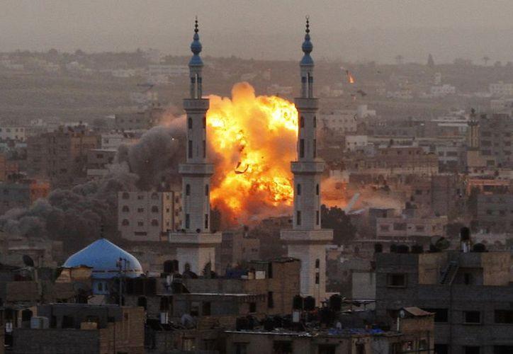 Muestra de uno de los 200 ataques aéreos registrados en la madrugada en la Franja de Gaza. (Agencias)