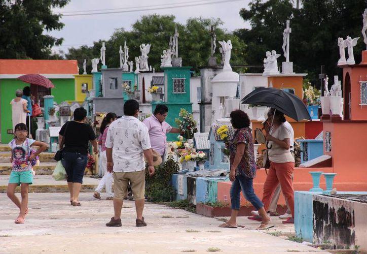Numerosas familias asistieron desde temprana hora a visitar a sus muertos a los cementerios de Mérida. (Jorge Acosta/SIPSE)