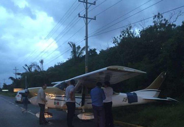 La avioneta aterrizó de emergencia en la carretera a Puerto Morelos. (Cortesía)