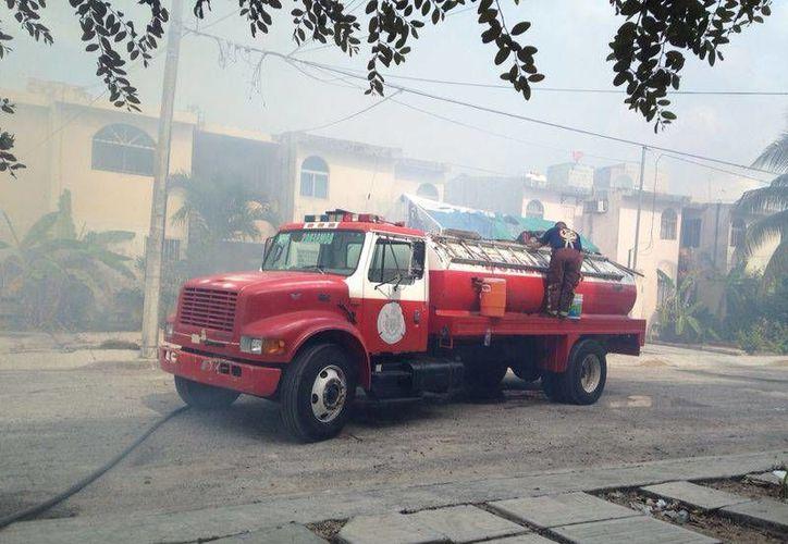 Una unidad del Cuerpo de Bomberos acudió a sofocar el incendio. (Redacción/SIPSE)
