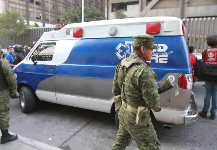 Cuerpos de seguridad pública, rescate y protección en apoyo de lo acontecido en la Torre de Pemex. (Notimex)
