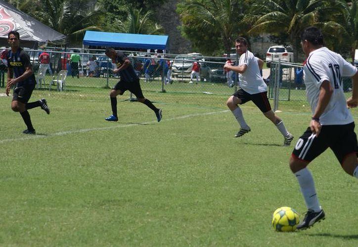 Se jugó otra fecha del fútbol Máster de la Liga de Veteranos. (Ángel Villegas/SIPSE)
