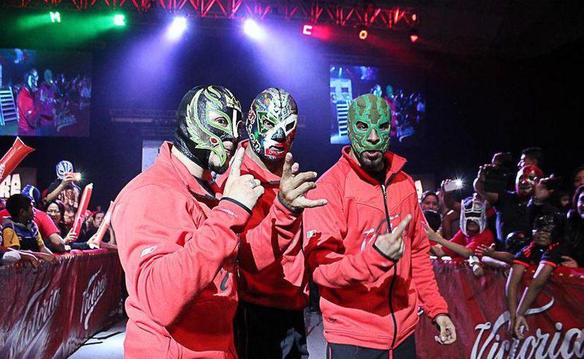 La tercia de Rey Mysterio(i), Dr Wagner Jr (c) y Dragón Azteca son considerados favoritos para conseguir el título mundial.(Foto tomada de luchalibreaaa.com.mx)