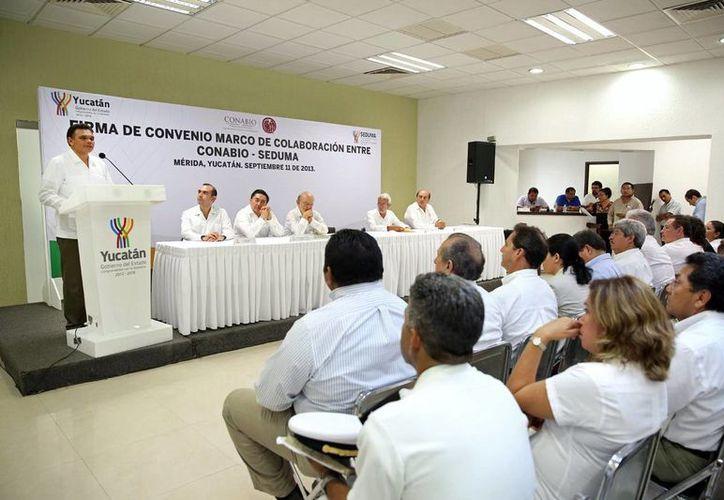 Zapata Bello durante la firma de un convenio entre Conabio y Seduma, ayer miércoles. (SIPSE)
