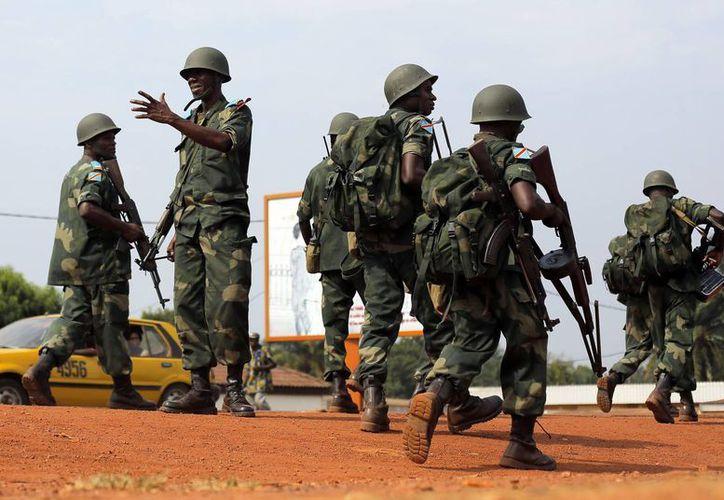 Fuerzas congolesas de la Unión Africana en la carretera del aeropuerto antes de la llegada del ministro de Defensa Jean-Yves Le Drian a Bangui, en la República Centroafricana. (Agencias)