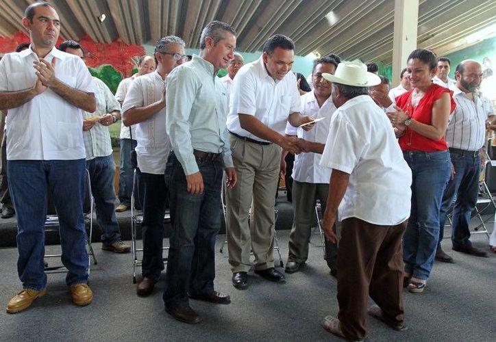 El gobernador, Rolando Zapata, entregó ayer apoyos para impulsar la siembra de henequén. (yucatan.gob.mx)